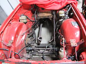Leerer Motorraum TR6