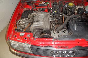 Audi90 geöffnete Haube - Luftfilterwechsel