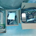 Drei der vielen kleinen Kisten für ausgebaute Anbauteile