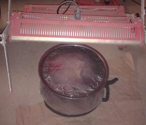 Lack auf Wasserbasis muss nach dem Auftragen und vor dem Überzug mit Klarlack bei 60°C getrocknet werden. Hierfür gibt es IR-Lacktrockner. Wer mit Spraydose und Acryllack arbeitet, hat nicht so schöne Ergebnisse, ist dafür jetzt schon fertig. Nach dem Trocknen und Aushärten (1-24 Stunden) erfolgt ein Überzug mit Klarlack, da der Basislack stumpf und wenig widerstandsfähig ist.