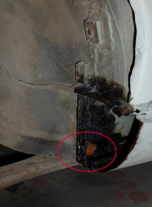 Auf der Innenseite des rechten Schwellers hat sich ein briefmarkengroßes Loch in die Karosserie gerostet.