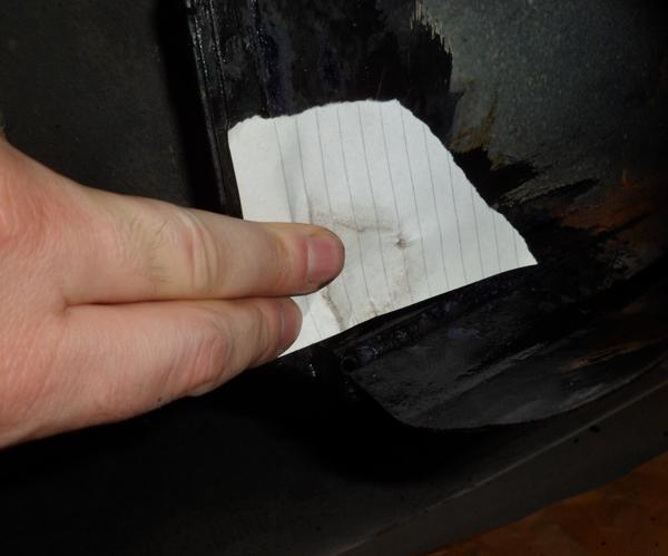 Hierfür gibt es kein Reparaturblech und die Wunde ist auch zu klein. Daher übertrage ich erst einmal die Ausgangsform mit dem schmutzigem Werkstattfinger auf ein Stück Papier. Diesen Trick habe ich mir von Edd China abgeschaut und bei individuellen Flicken ist er ideal.