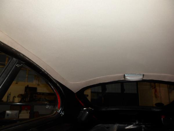 Nach dem Abtrocknen und Entlüften des Klebers können die Abdeckung aus Papier und auch die Folie im Innenraum wieder entfernt werden. Überstehendes Material wird abgeschnitten und der Himmelbezugsstoff mit einem Rakel unter die seitlich umlaufende Verblendung geschoben.